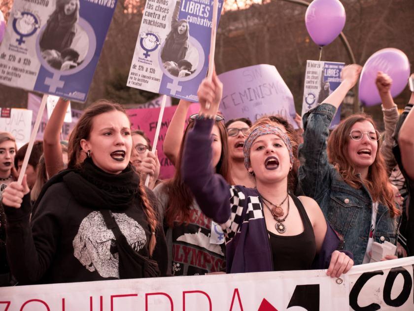 Mujeres con pancartas contra el machismo. Manifestación del Día Internacional de la Mujer en Madrid. Fotografía de Luis F. Roncero.