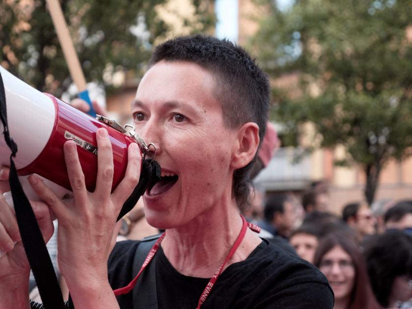 Manifestante con megáfono. Manifestación del Orgullo Crítico en Madrid. Fotografía de Luis F. Roncero.