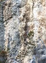 En la pared del santuario natural de Alcadena sobresale la imagen de una mujer.