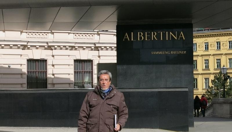 Luis Romero a la entrada del Museo