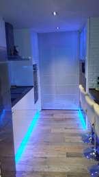 Entrada a la cocina abierta iluminada. So cool!!