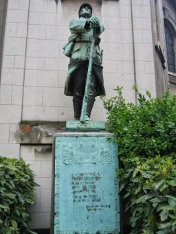 Y por qué no utilizar una estatua ya existente para rendir honores