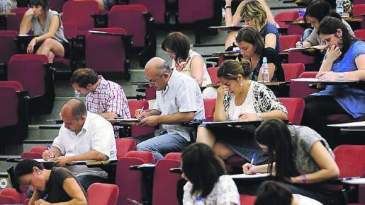 CORDOBA. 27/06/10. INICIO DE LAS OPOSICIONES A PROFESOR DE SECUNDARIA EN EL AULARIO DE RABANALES. FOTO: VALERIO MERINO. ARCHCOR.