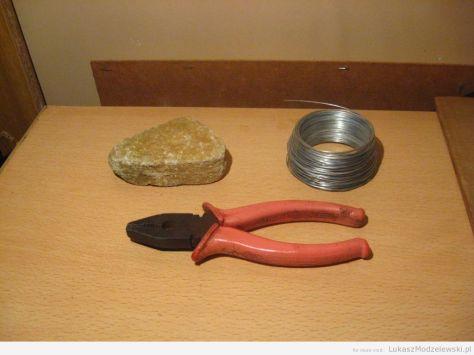 DIY: kombinerki, kamień, drut
