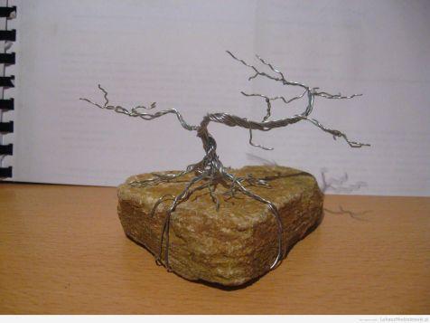 Drzewko Bonsai z drutu z białym tłem
