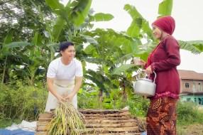 Foto prewedding petani di sawah