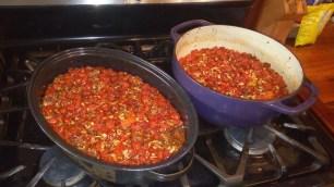 Für die Tomatensoße sollten die Tomaten erst in Auflaufformen oder Brätern im Ofen rösten. Zwei große Bräter sind schon voll, eine riesige Auflaufform befindet sich im Ofen.
