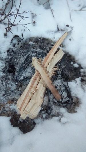 Das Holz hat Federn bekommen. Viele kleine Spaene stehen ab, damit das Feuer schnell anfaengt zu brennen.