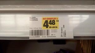 Dunkle Schoki mit Mandeln heute nur $4,48. Aber nur, wenn man drei Schokoladen auf einmal kauft. Wer nur zwei Tafeln in den Einkaufswagen legt, zahlt den ueblichen Preis.