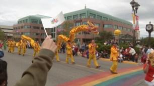 Die chinesische Vereinigung von Whitehorse liess einen langen, goldenen Drachen an Stoecken tanzen.