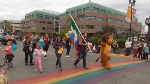 """Auch der Lions-Club und die Rotarier waren Mitglieder der Parade. Das Loewen-Maskottchen der Lions warb fuer """"Hugs, not drugs"""", also Umarmungen statt Drogen."""