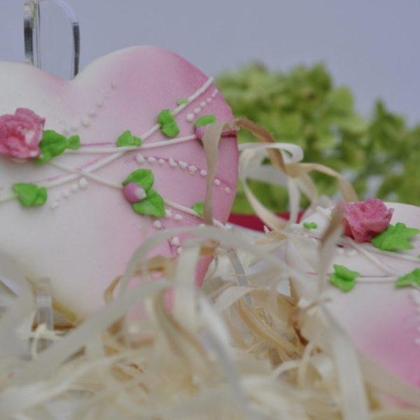 ciasteczka ślubne serca z kwiatuszkami, podziękowania dla gości na ślub, podziękowania na ślub, lukrowane ciasteczka - Basia sweets