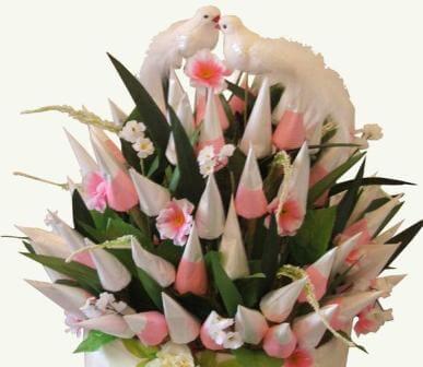Голуби на корзинке с тюльпанами