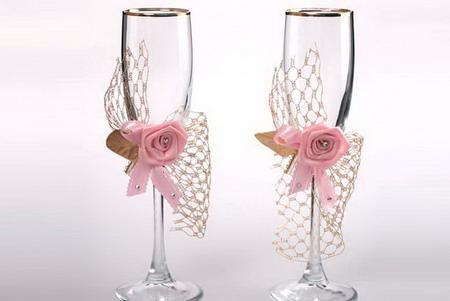 Бокалы с розовыми розами и декоративной сеткой