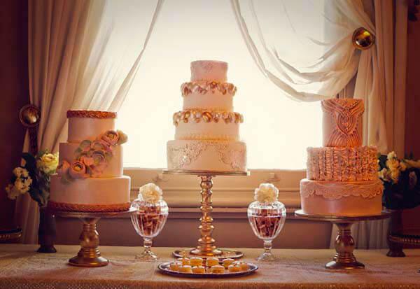 красивый свадебный торт на подставке