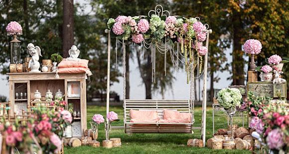 Оформление свадебной качели розовыми пионами