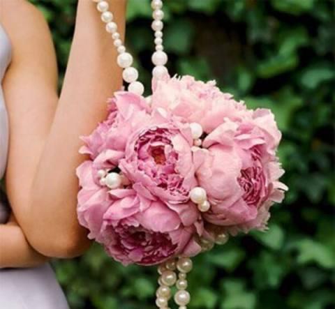 розовый свадебный букет с декором