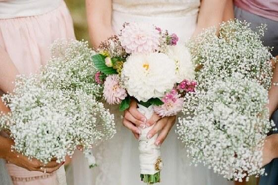 На фото букет невесты в стиле 80-х