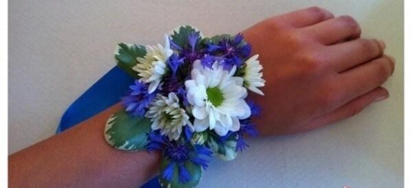 Живые цветы для синего браслета