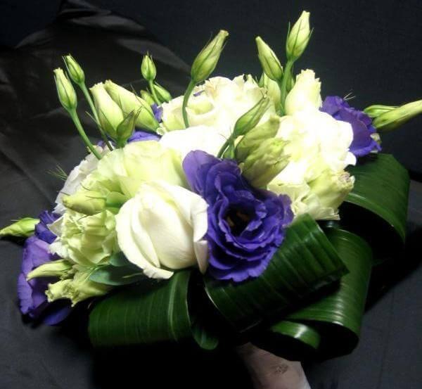 Фиолетовые и белые цветы в букете невесты
