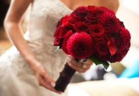 Красный свадебный букет как яркое дополнение к образу
