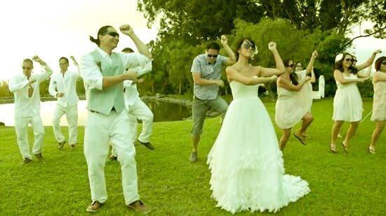 Жених и невеста танцуют гангам