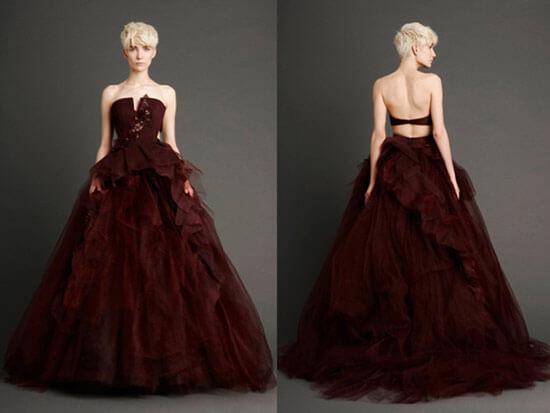 Пышное бордовое платье с полностью открытой спиной