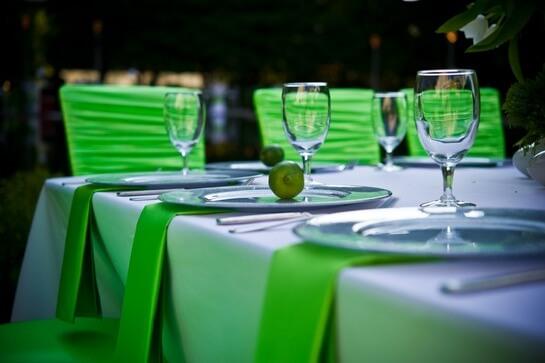 Зал, оформленный в зеленом стиле