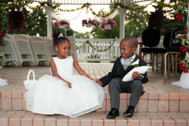 Девочка и мальчик в свадебных нарядах