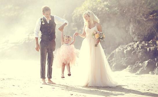 Красивая свадебная пара с ребенком