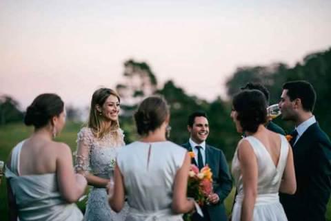 гости общаются на свадьбе