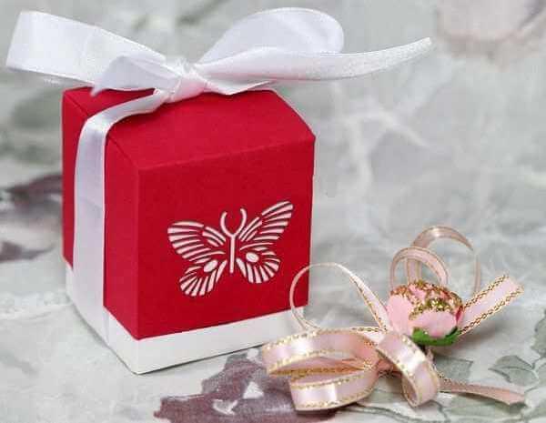 подарок в красной упаковке