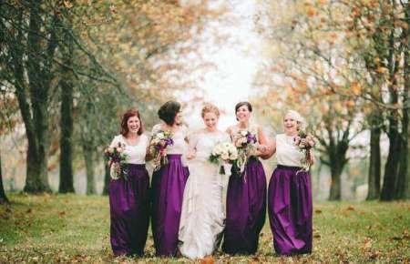 невеста идет со своими свидетельницами