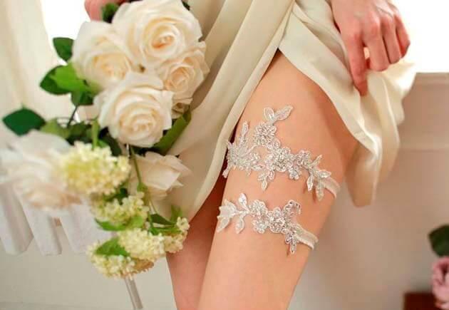 две подвязки на ноге невесты