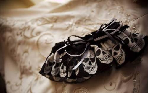 подвязка невесты с черепами