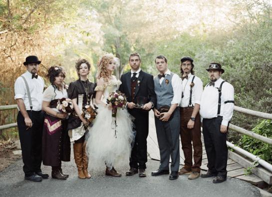 Жених и невеста на общем фото с гостями