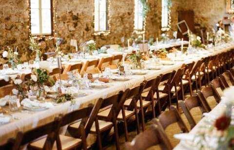 накрытые столы на свадьбе