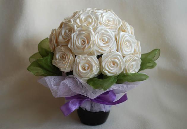 белые атласные розы в букете