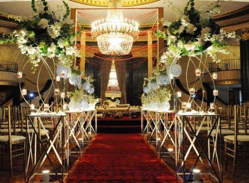 белые цветы украшают свадебный зал