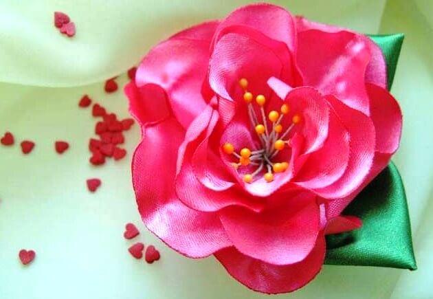 розовая брошь на свадьбу из ткани