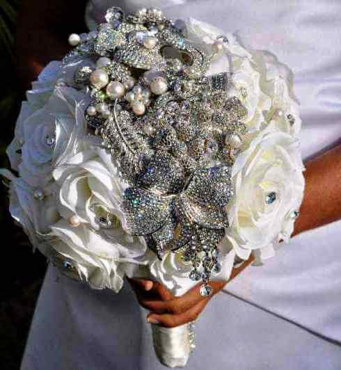 свадебный букет невесты с розами и брошью