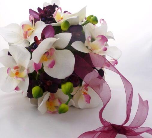 бордовые орхидеи в букете невесты