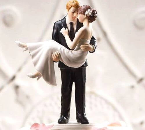 фигурки на торте-жених держит невесту на руках