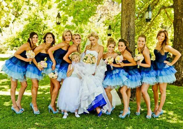 Подружки невесты в коротких синих платьях
