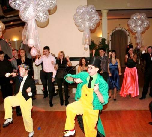 клоуны танцуют на свадьбе