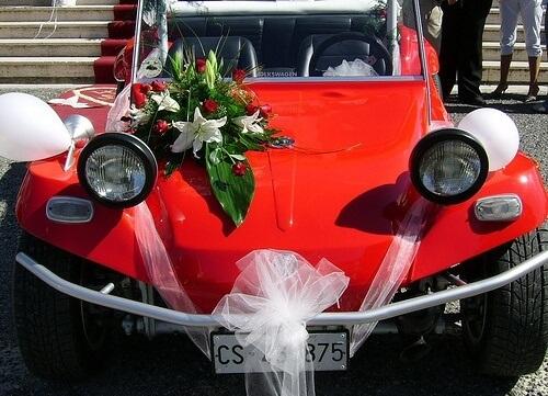 красный автомобиль на свадьбе