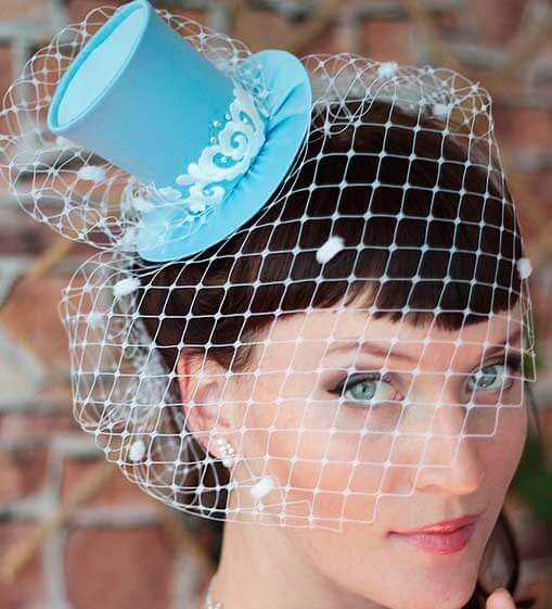 голубая шляпка мини цилиндр на невесте