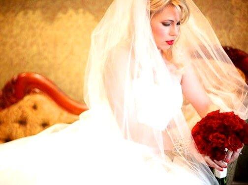 невеста с красным букетом