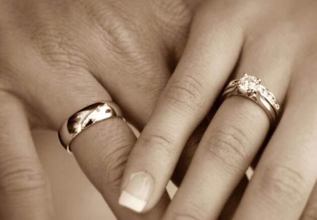 обручальные кольца на руках