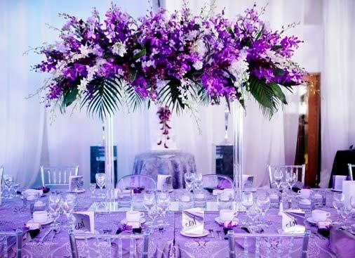 сиреневые цветы в декоре столов